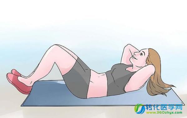 一直以来很多人都认为,仰卧起坐是有效的腹肌锻炼方法。在中小学体质测定时,仰卧起坐也是测定内容之一。 最新研究表明,仰卧起坐可能会引起下腰痛、颈部拉伤、下腹部器官损伤,甚至腰椎损伤。我国台湾还出现了因做仰卧起坐造成瘫痪的报道。 存在一定危害 对仰卧起坐的危害的研究,不得不提加拿大滑铁卢大学脊柱生物力学教授Stuart McGill。McGill在实验室里重复性地屈伸取自猪的脊柱,来模拟人连续几个小时做仰卧起坐的情况。他发现,当脊柱前伸时,椎间盘几乎被挤压膨出。人若发生这种情况,必然会引起神经受压、后背疼痛